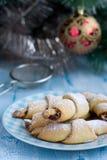 Rugelach mit Himbeermarmelade, Weihnachtsdekorationen Stockfoto