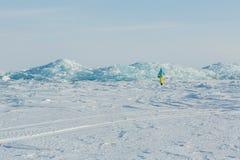 Ruggar av blå is på snön arkivfoton