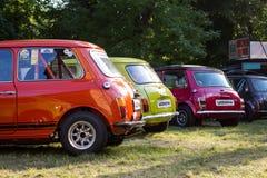 Ruggen van kleurrijke Mini Cooper-auto's Stock Foto's