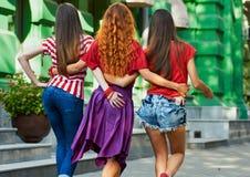 Ruggen van meisjes op Stadsstraat Royalty-vrije Stock Foto's