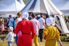 Ruggen van twee jonge vrouwen in de middeleeuwse kleding bij de internationale Toernooien van het ridderfestival van Heilige Geor Royalty-vrije Stock Afbeeldingen