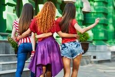 Ruggen van Vrouwen op Stadsstraat Royalty-vrije Stock Foto's
