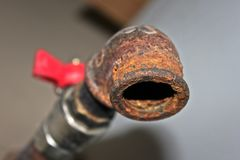 Ruggine di struttura sul rubinetto per acqua Gru arrugginita per l'industriale Fotografia Stock