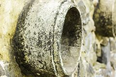 Ruggine e corrosione nella pelle del metallo e del tubo Corrosione di metallo Ruggine dei metalli Inquinamento delle acque del tu immagini stock