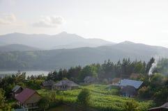 Ruginesti by som är uppströms av den Bicaz fördämningen arkivbild