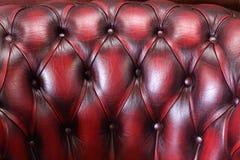 Rugleuning van de zachte rode leunstoel van het luxeleer Stock Fotografie