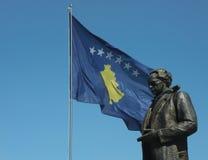 Rugova staty med den Kosovo flaggan i Pristina Arkivfoton