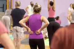 Rugpijn tijdens yogaklasse stock foto