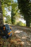 Rugzak die op een boom naast een sleep leunen stock foto's