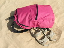 Rugzak en sandals op het strand Stock Foto's