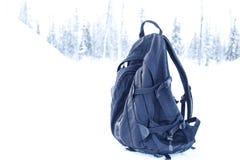 Rugzak op een sneeuwachtergrond Stock Foto's