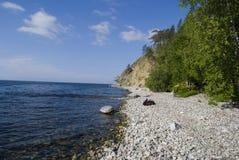 Rugzak op kust van Baikal Royalty-vrije Stock Foto's