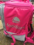 Rugzak van de Foodora de roze levering Royalty-vrije Stock Afbeeldingen