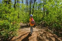 Rugzakkind groene wandelings de zomer kid royalty-vrije stock fotografie