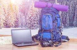 Rugzaklaptop en camera op de winterachtergrond royalty-vrije stock foto's