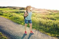 Rugzakreis naar Europees platteland, actieve levensstijl, het actieve concept van de de zomervakantie - Vrouwenreiziger het kijke Royalty-vrije Stock Foto