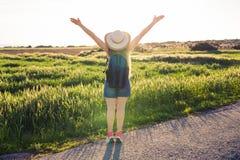 Rugzakreis naar Europees platteland, actieve levensstijl, het actieve concept van de de zomervakantie - Vrouwenreiziger het kijke Stock Afbeeldingen