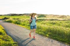 Rugzakreis naar Europees platteland, actieve levensstijl, het actieve concept van de de zomervakantie - Vrouwenreiziger het kijke Stock Foto