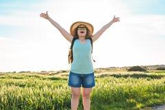 Rugzakreis naar Europees platteland, actieve levensstijl, het actieve concept van de de zomervakantie - Vrouwenreiziger het kijke Royalty-vrije Stock Afbeeldingen