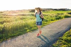 Rugzakreis naar Europees platteland, actieve levensstijl, het actieve concept van de de zomervakantie - Vrouwenreiziger het kijke Stock Foto's