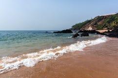 Ruhe bewegt auf den Vagator-Strand Vasco da Gamma wellenartig goa Lizenzfreie Stockbilder