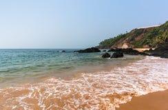 Ruhe bewegt auf den Vagator-Strand Vasco da Gamma wellenartig goa Stockfotografie