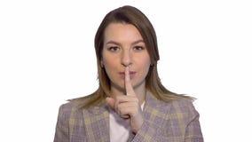 Ruhe, bitte nah herauf das Porträt der jungen Frau ihren Zeigefinger auf den Lippen halten, die Stilleruhezeichen, vorbei stehend stock footage
