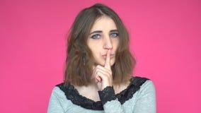 Ruhe, bitte! Porträt der jungen Frau ihren Zeigefinger auf den Lippen halten, die Stilleruhezeichen zeigen stock video footage