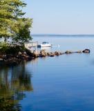 Ruhe, Ruhe, Einsamkeit und eine felsige Seebucht Stockbilder