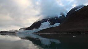 Ruhe und Stille von Eisschollen auf Hintergrund des Berges von Nordpolarmeer stock footage