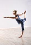 Ruhefrau in der perfekten Balance beim Halten des Fußes Stockfoto
