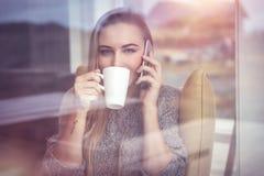 Ruhefrau am Telefon Lizenzfreie Stockfotos