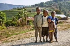 RUHENGERI, RWANDA - 7 DE SEPTIEMBRE DE 2015: Niños no identificados El palillo africano de los niños junto Imagenes de archivo