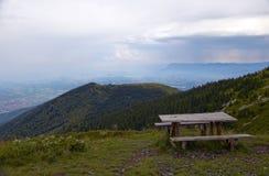 Ruheplatz auf dem Weg, zum von Kom, West-Balkan-Berge emporzuragen Lizenzfreie Stockfotografie