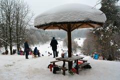 Ruheplatz für Leute als Schneepilz lizenzfreies stockfoto
