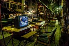 Ruheplatz mit einem Fernsehen, das einem Nachtwächter in Eger, Ungarn sich kümmert um der Markthalle der Stadt im Mitternacht geh lizenzfreies stockbild