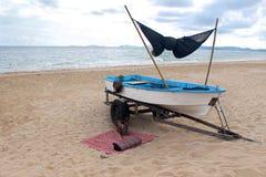 Ruheplatz nahe dem Boot lizenzfreies stockbild