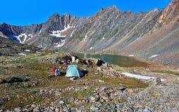 Ruheplatz von Touristen in den sibirischen Hochländern stockfotos