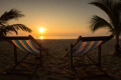 Ruhesessel auf dem Strand Stockfotos
