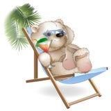 Ruhesessel einer Lügensonne des Bären durch das Meer Lizenzfreies Stockbild