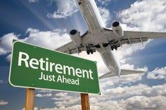 Ruhestands-grünes Verkehrsschild und Flugzeug oben Lizenzfreie Stockbilder