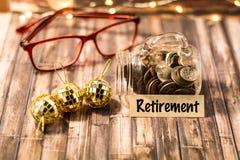 Ruhestandsgeld-Glas-Motivkonzept auf hölzernem Brett Stockfotos