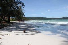 Ruhestrand mit weißem Sand, Meer und Bäumen Stockfoto