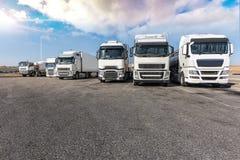 Ruhezone für schwere LKWs, am Ende eines Arbeitstages lizenzfreies stockbild
