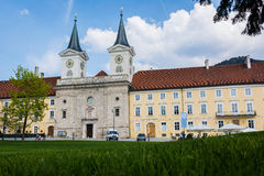 Ruhig, Sunny Tegernsee Abbey auf üppigem grünem Gras in Deutschland stockfotografie