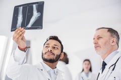 Ruhige Ärzte, die an der Schattenphotographie im Krankenhaus aufpassen Lizenzfreie Stockfotografie