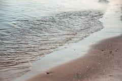 Ruhige Abend-Brandung bei Schwarzem Meer Stockbild