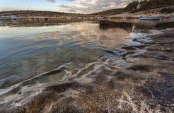 Ruhige adriatische Bucht vor dem Sonnenaufgang Lizenzfreie Stockfotos