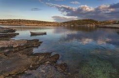Ruhige adriatische Bucht vor dem Sonnenaufgang Stockfotografie