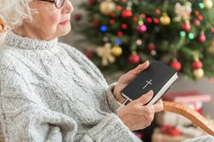 Ruhige alte Frau steht zu Hause im Feiertag still Stockfotografie